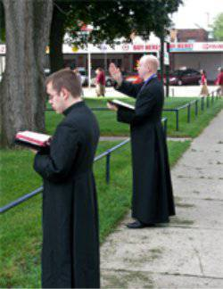 increíble lo que sucedió después de las oraciones de los exorcistas en frente de la clínica horrores