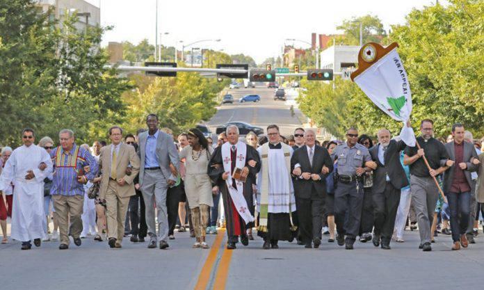 """Fracasada la """"misa negra"""" de Oklahoma gracias a el acto de oración que unió a todos los grupos cristianos"""