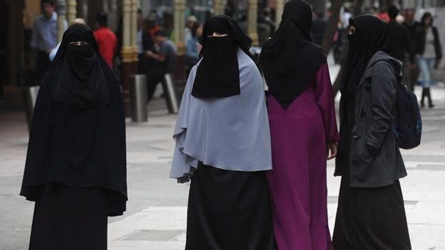 Mujeres musulmanas entran en una iglesia y escupe sobre un crucifijo