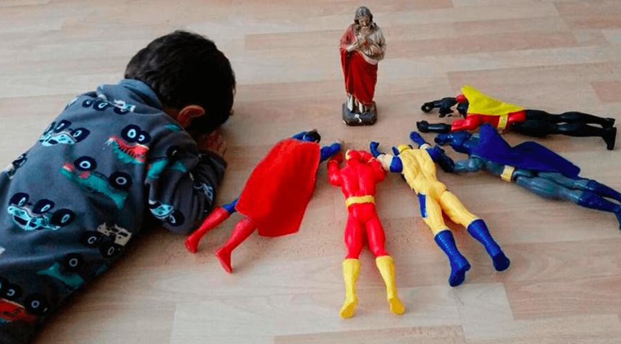FOTO VIRAL: Niño reza con superhéroes y conmueve las redes sociales