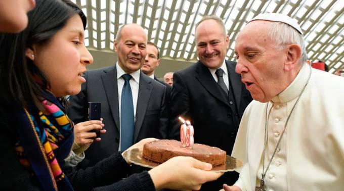 Peregrinos mexicanos regalan un pastel de cumpleaños, 80, al Papa Francisco