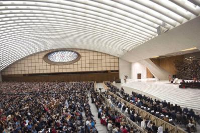 Papa Francisco: Dios abre su casa a todos, la esperanza cristiana no es marginado.