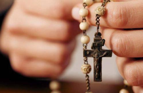 Los 15 beneficios prometidos por la Virgen a quien reza elRosario