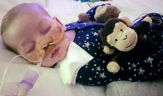 Reino Unido: el desgarrador caso del bebé que la justicia autorizó desconectar del sistema que lo mantiene vivo en contra de los deseos de sus padres