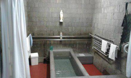 Enferma de SLA se sumerge en las piscinas de Lourdes y…