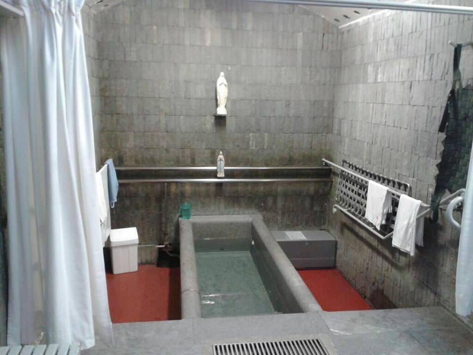 ¿Enferma de SLA se sumerge en las piscinas de Lourdes y… qué occurre?