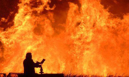 En las llamas aparece algo increíble. FOTO