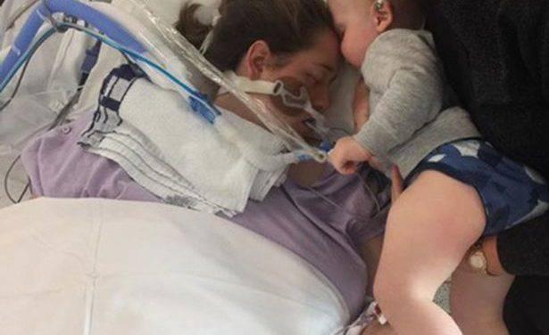 El beso de despedida de un niño a la madre moribunda ha conmovido el mundo. Foto.