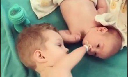 El maravilloso gesto de un niño de 3 años sin brazos ni piernas para calmar a su hermanito. Video