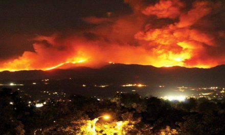 Una familia reza el Rosario durante incendio en California y ocurre algo increíble