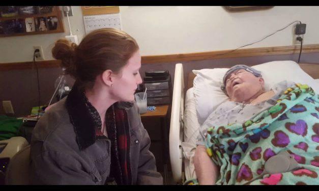 Una anciana muere en paz gracias al canto angelical de su enfermera. Video