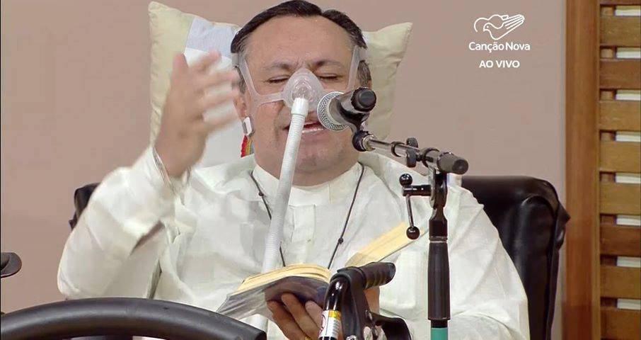 Sacerdote celebra misa con ayuda de aparatos médicos… por um motivo increíble