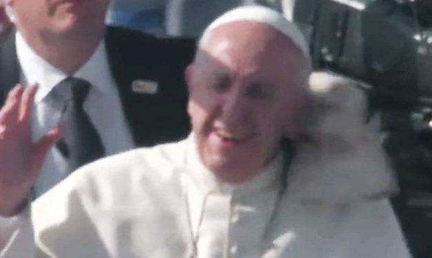Chile: Papa Francisco es golpeado con un objeto durante su recorrido en el papamóvil (VIDEO)