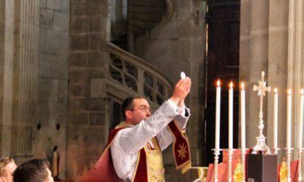 Esta santa vio a demonios atacando a un sacerdote durante la Misa