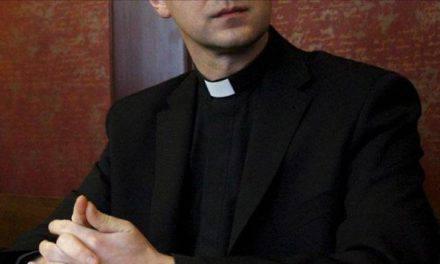 La bastó un minuto a este sacerdote para revelar lo que nadie cuenta de la Iglesia Católica. VIDEO