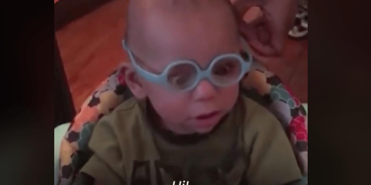 La emoción de un bebé al ver por primera vez con gafas a sus papás. Video