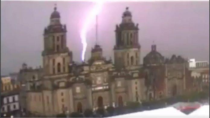 Rayo impacta la Catedral de México. Video