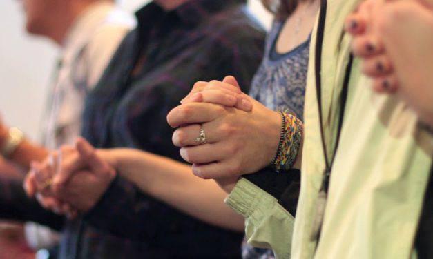 ¿Es correcto levantar las manos durante el Padre Nuestro? – VIDEO