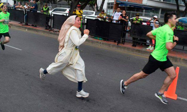 Religiosa en hábito corre en maratón y recibe ayuda para su comunidad – FOTOS