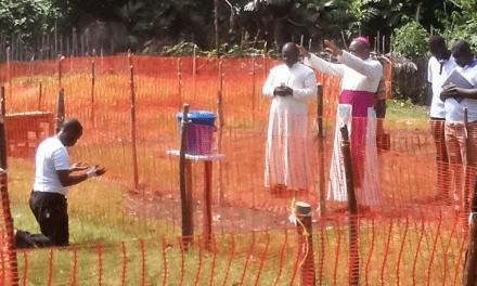 Fotografía de Obispo africano que benedice a sacerdote con ébola impacta redes sociales