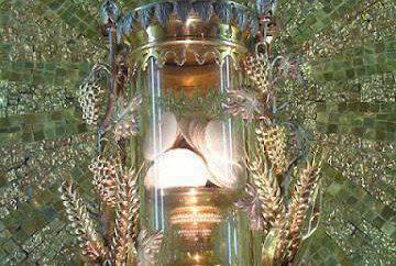 SIENA - Italia. El milagro ocurrió el 14 de agosto de 1730 y según los informes, los ladrones se infiltraron en la basílica y robaron el sagrario que contiene 351 obleas consagradas. Tres días después, las 351 hostias aparecieron en la caja de limosnas del santuario de Santa María de Provenzano, donde habían sido tomados.